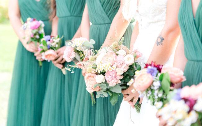Bouquets de fleurs de la mariée et ses demoiselles d'honneur