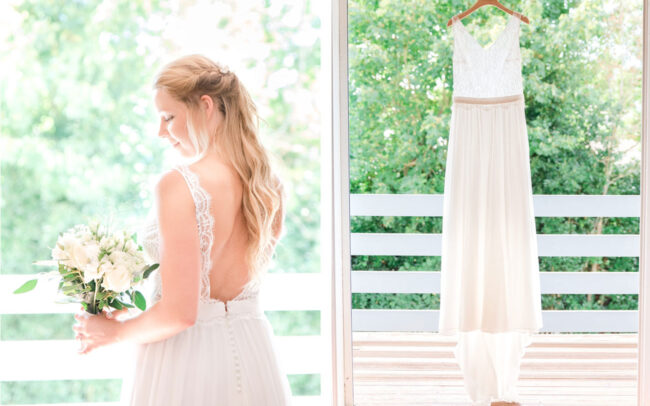 Mariée accompagnée de son bouquet et de sa robe