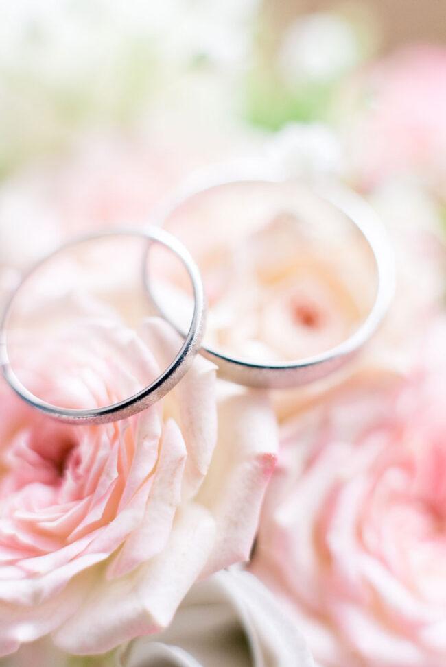 Alliances de mariage posées sur des fleurs