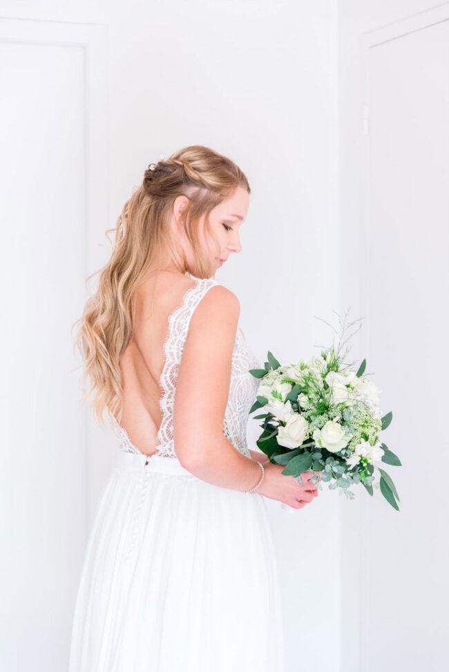 Mariée et son bouquet durant les préparatifs